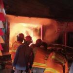 diduga korsleting listrik empat ruko di bekasi hangus terbakar