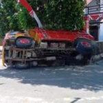 terperosok selokan truk pengangkut pasir terguling