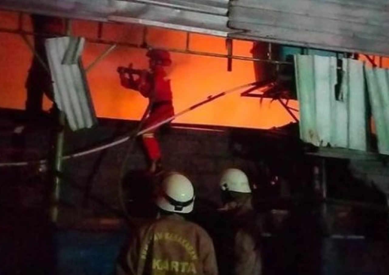 tiga bangunan kontrakan di pulogadung terbakar akibat korsleting listrik
