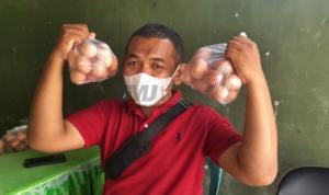 Petani rembang bawa telur